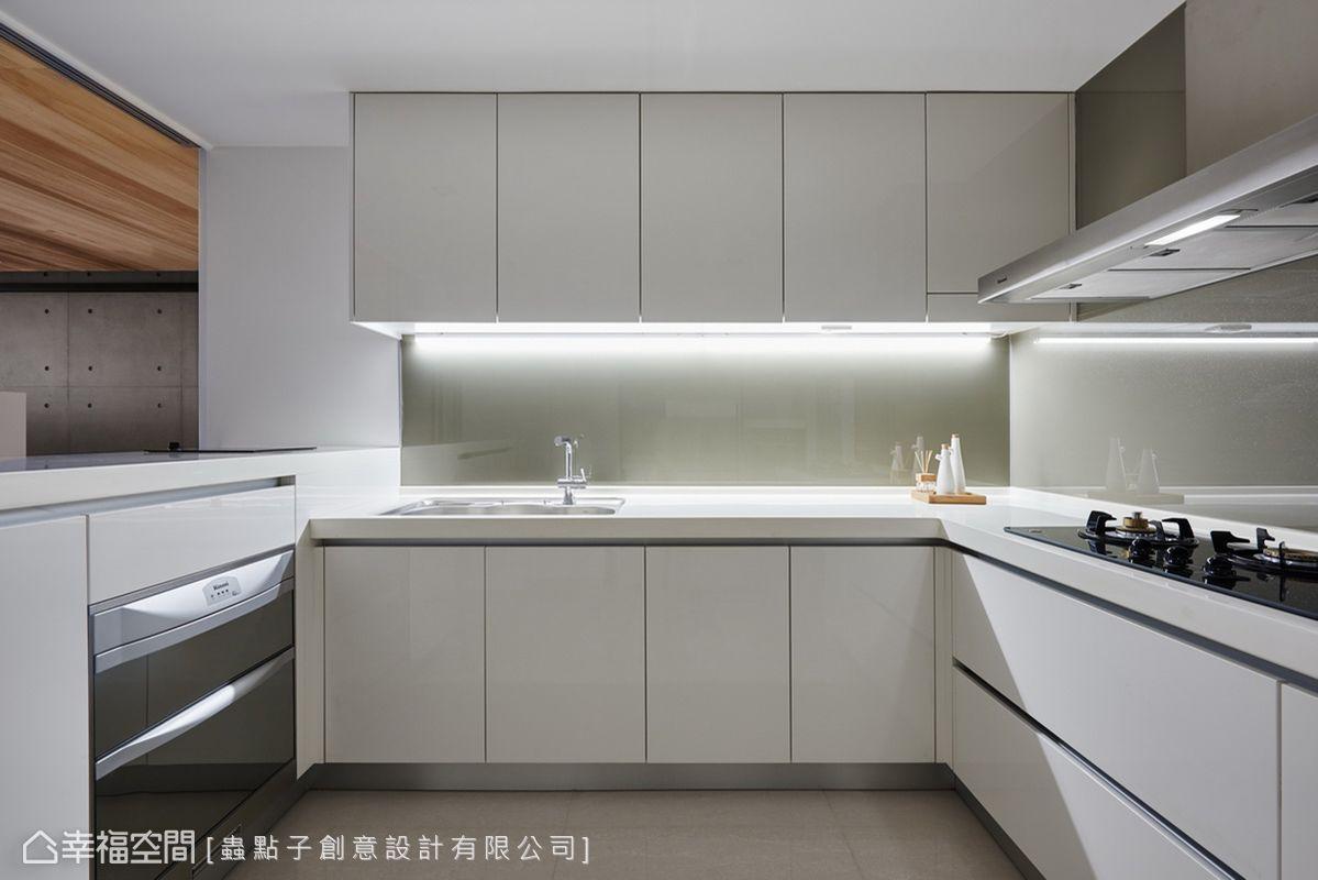 蟲點子創意設計以白色為主題,搭配科技感廚具家電,並在壁面鑲貼同色系烤玻,讓廚房呈現出簡約俐落感。