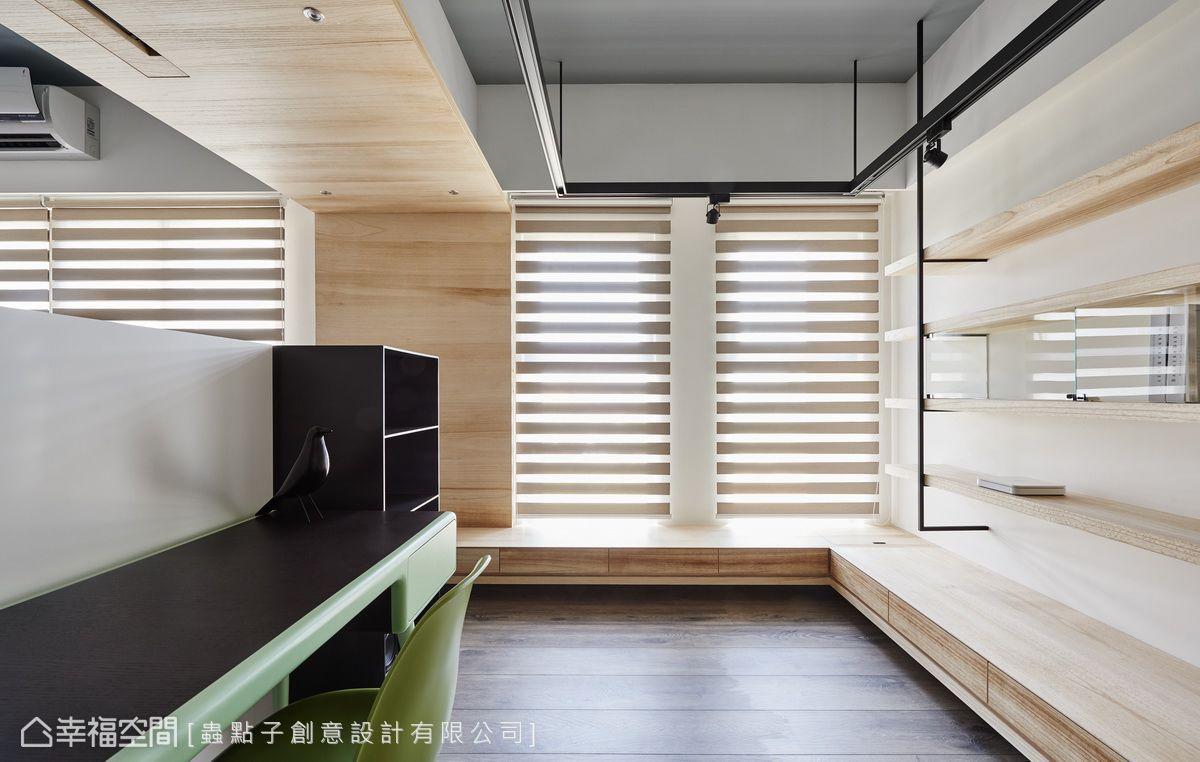 以黑色懸吊鐵件結構,創造出垂降式照明設計,呈現出原始屋高。鐵件木作展示櫃,局部使用玻璃門片減少灰塵堆積,同時避免阻礙光線和視線延伸。