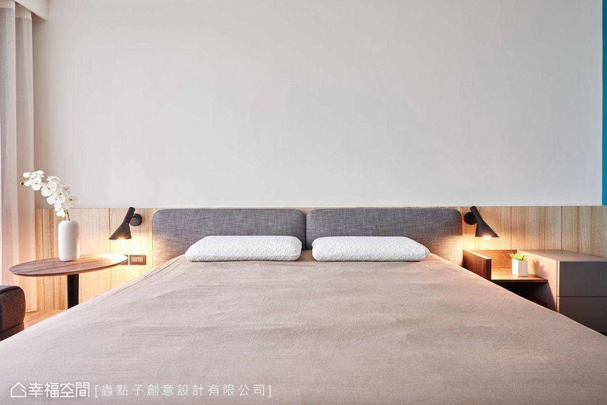 半高木作床頭牆兩側裝上閱讀燈,當暈黃光線投射其上,散發出溫暖舒適的生活氛圍。適度加入白和藍兩色,以跳色手法讓層次感躍然眼前。