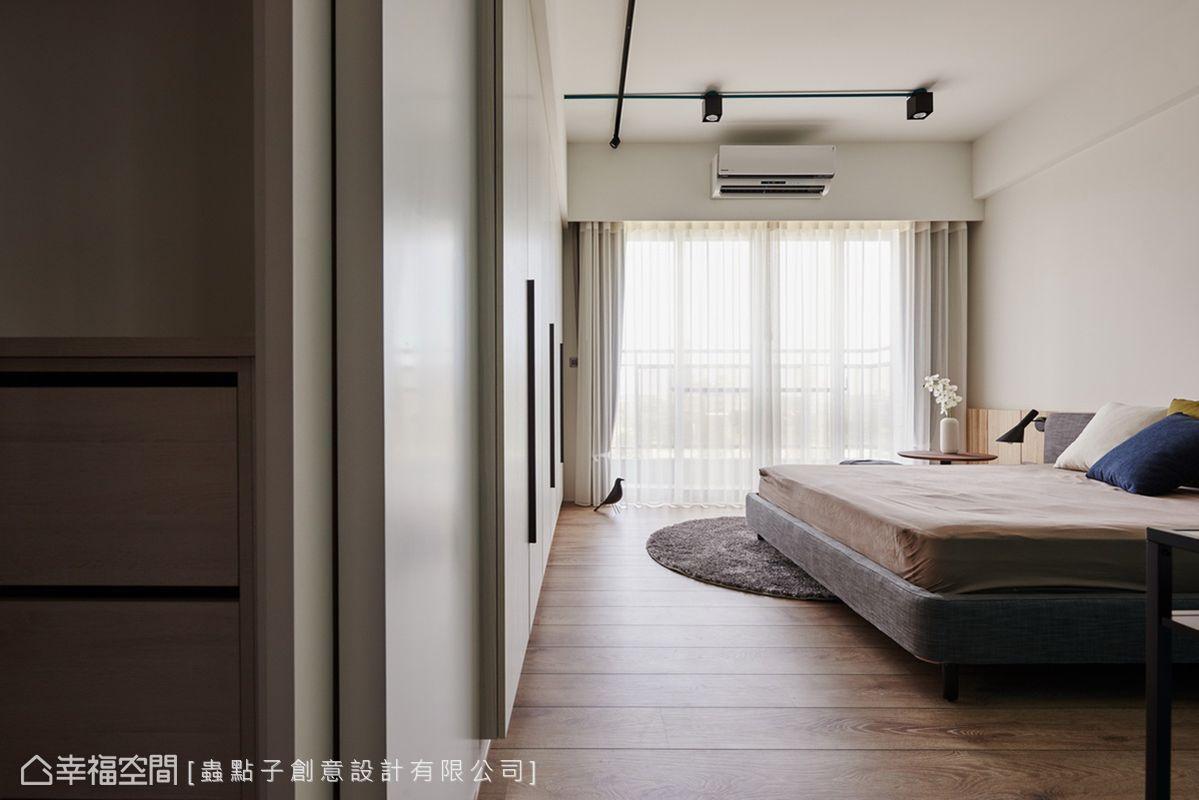 主臥盡量不做天花板,採裸露設計以拉高屋高;衣櫥門裝上鐵件側把手,藉由現代感質材增加立體層次。