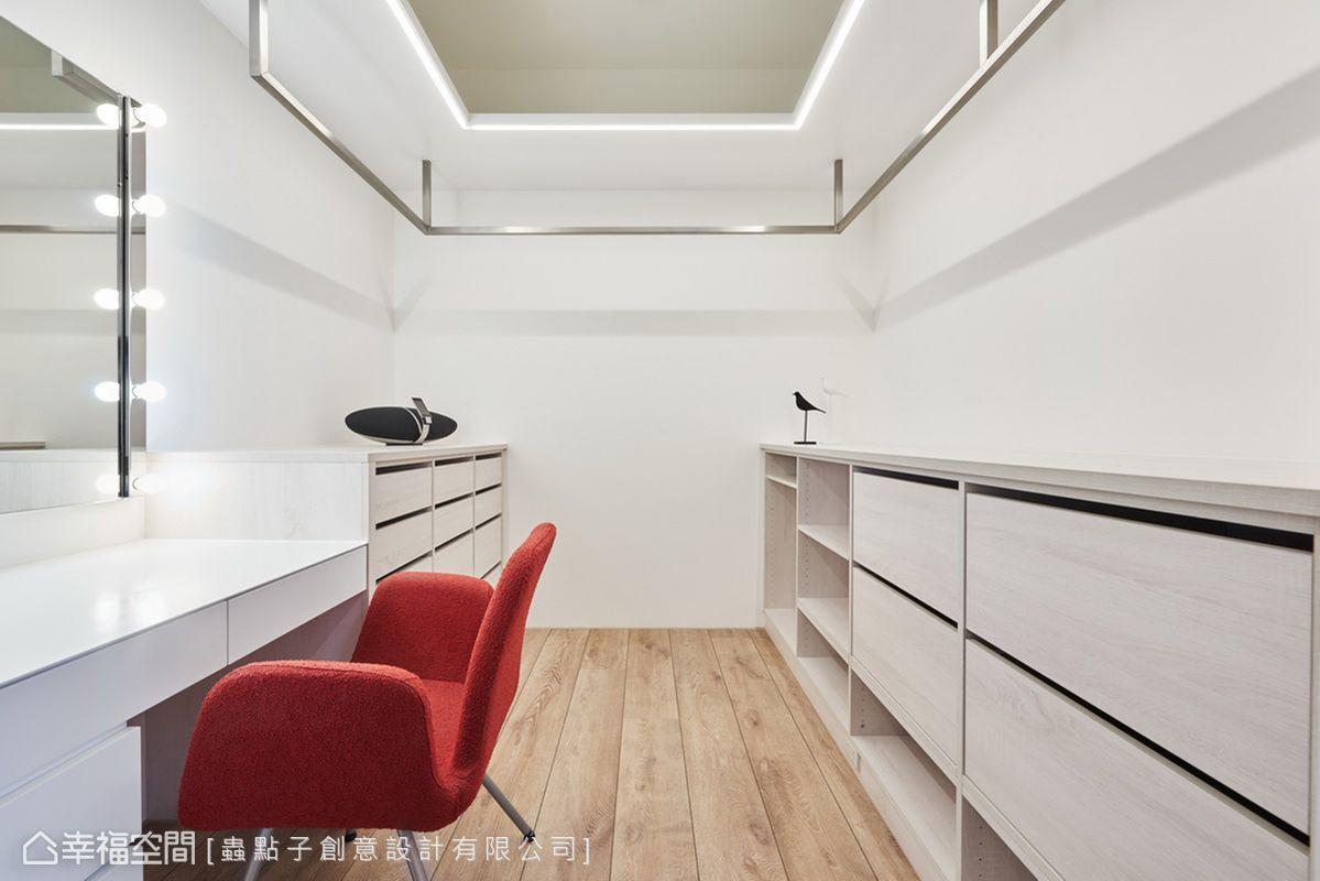 天花板吊掛不鏽鋼鐵件,打造出懸空吊衣桿,並設置間接燈做為輔助照明,方便屋主挑選衣物。