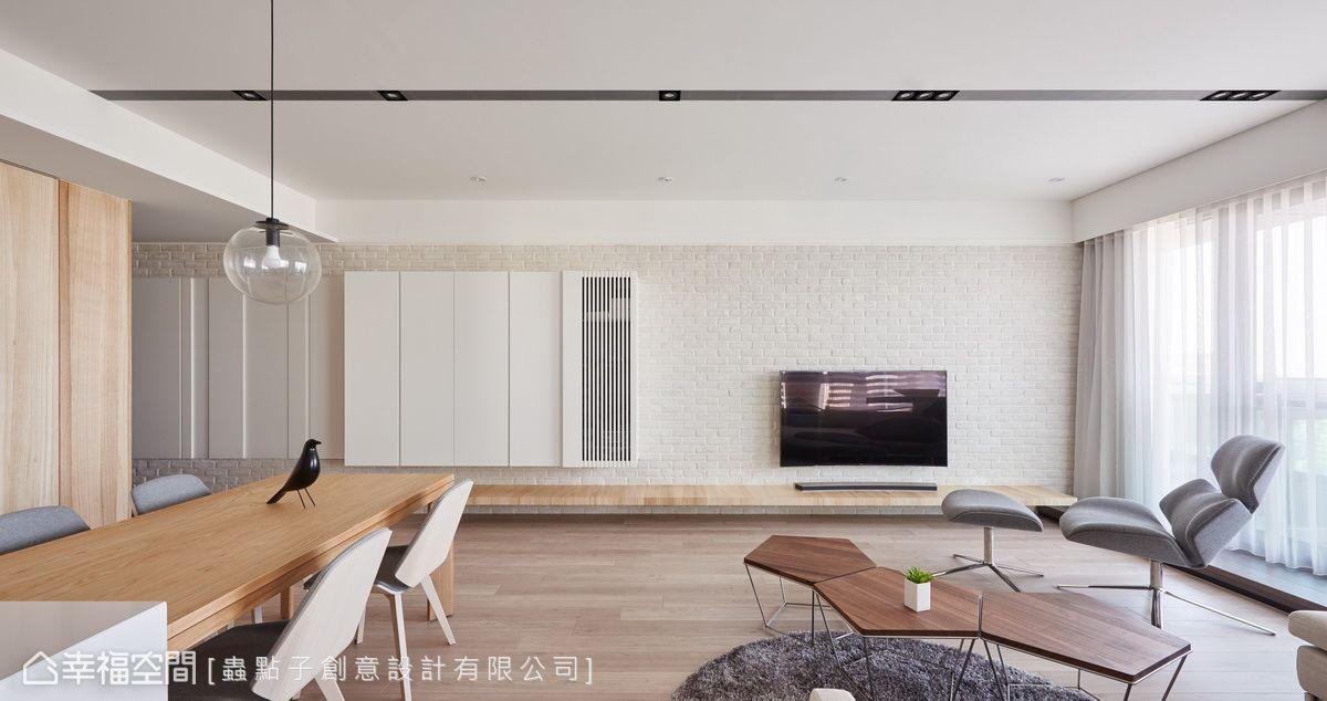電視牆以文化石堆砌而成,流露出原始粗獷感;搭配白色機櫃與文化石牆相融合,並藉由凹凸造型形成視覺串聯。