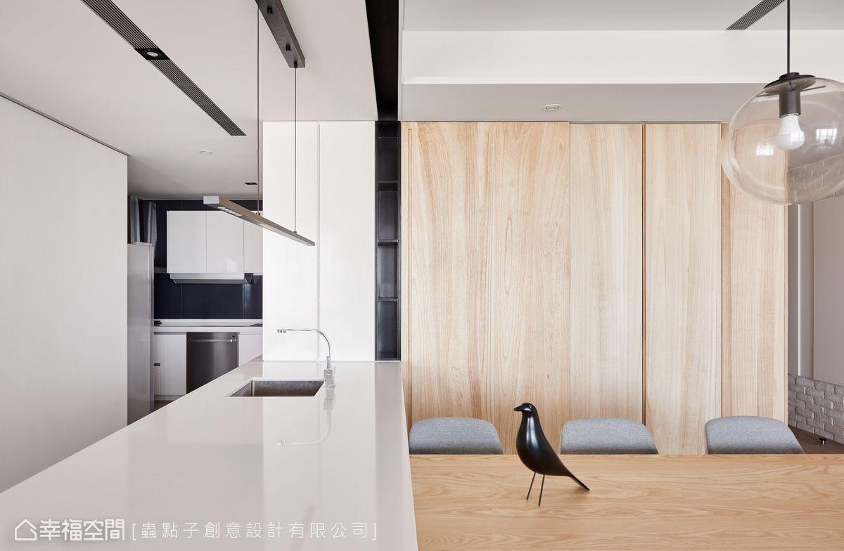 廚房入口處規劃一整面收納櫃,並與中島形成串聯,讓機能更完整實用。