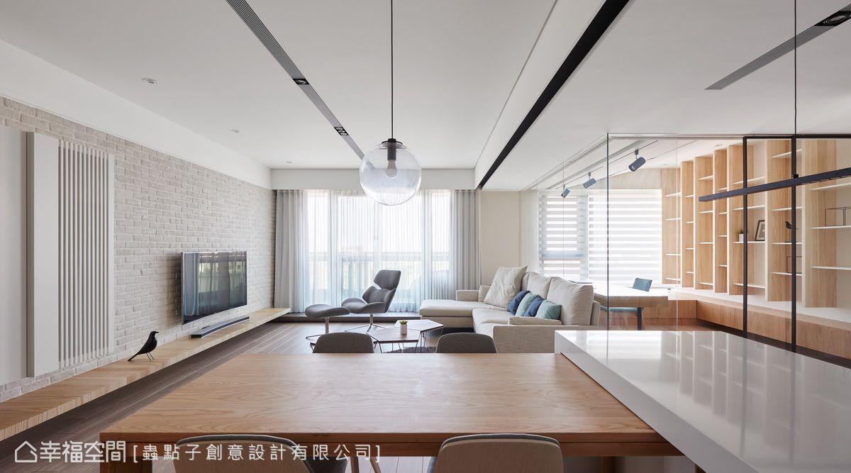 在開放式的格局規劃下,即使坐在餐桌前,也能擁有開闊視野,感受自然光的照拂。