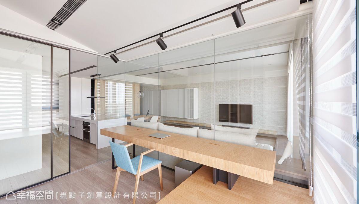 局部以清玻取代厚重隔間牆,降低空間裡的線條設計,不僅形成簡約俐落的感受,也讓視野變得更開闊。