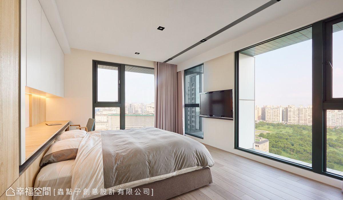 主臥擁有兩面開窗,刻意不設置櫃體,反而將柱子變成電視牆,避免遮擋窗外自然景致。