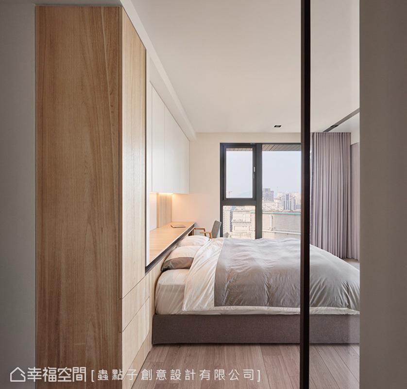 蟲點子創意設計以玻璃門做為隔間,引入充沛的自然光,從更衣室往臥室望去,形成通透的視覺效果。