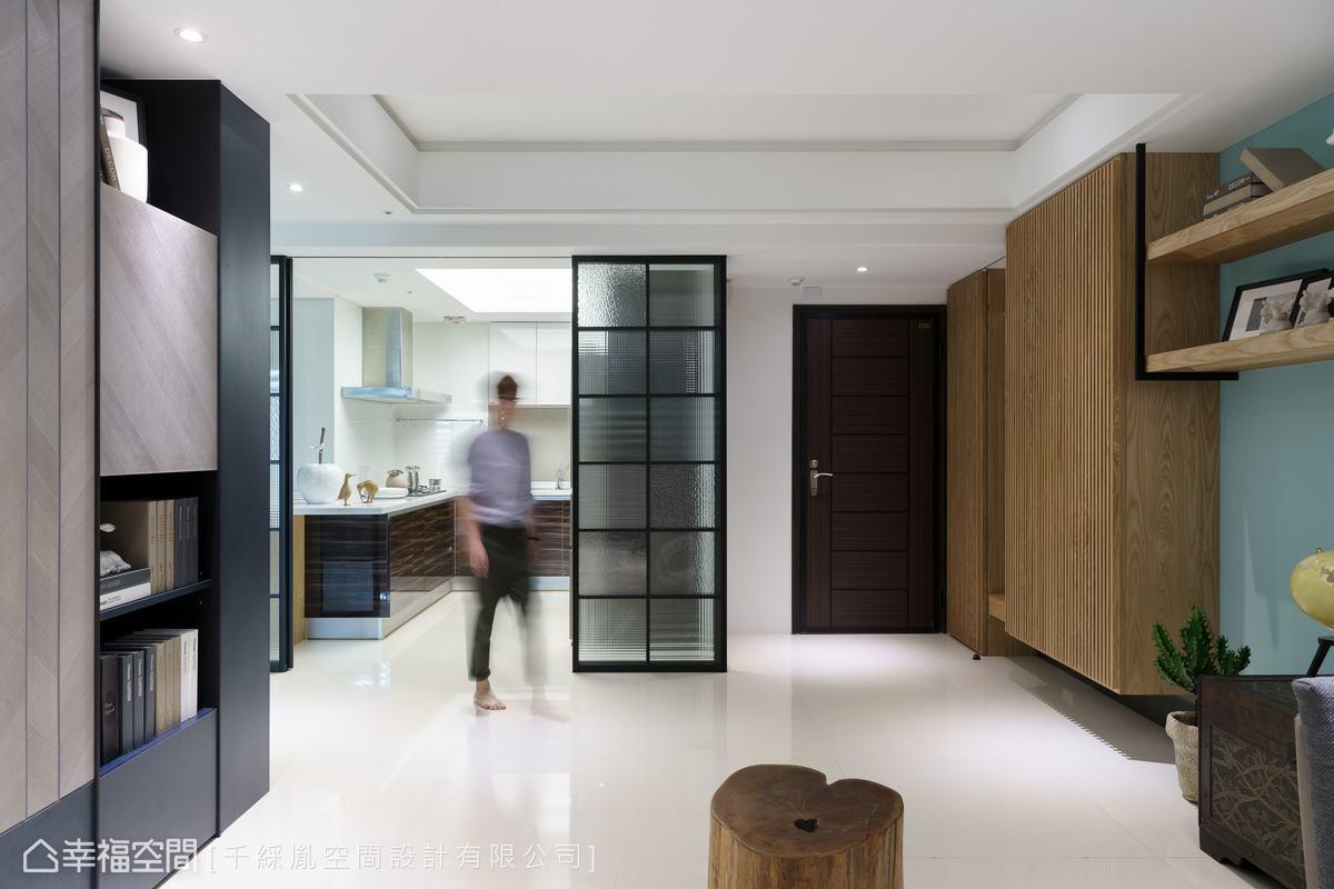 廚房的大面拉門設計,運用鋁框表現簡潔利落線條感,並用不同紋路的水波玻璃打造視覺朦朧美感,卻又不影響採光。