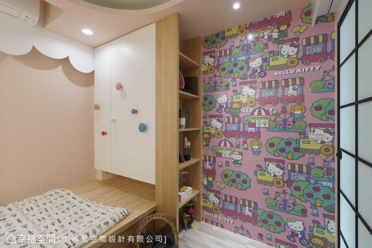 由於女兒喜歡Hello Kitty因此規劃一主題牆面,並利用架高單人床板做睡眠區,並在床尾設計衣櫥收納。