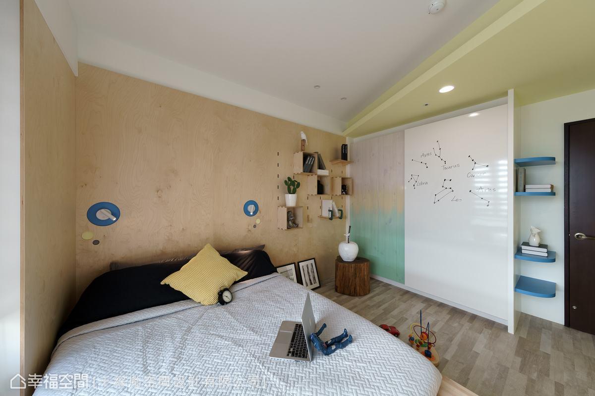 考量未來男孩長大需要書桌,在床頭旁已利用打洞層板預留書架及書桌位置,另外在衣櫃門板上利用日本AICA(愛克)板,做為孩子的塗鴨牆。