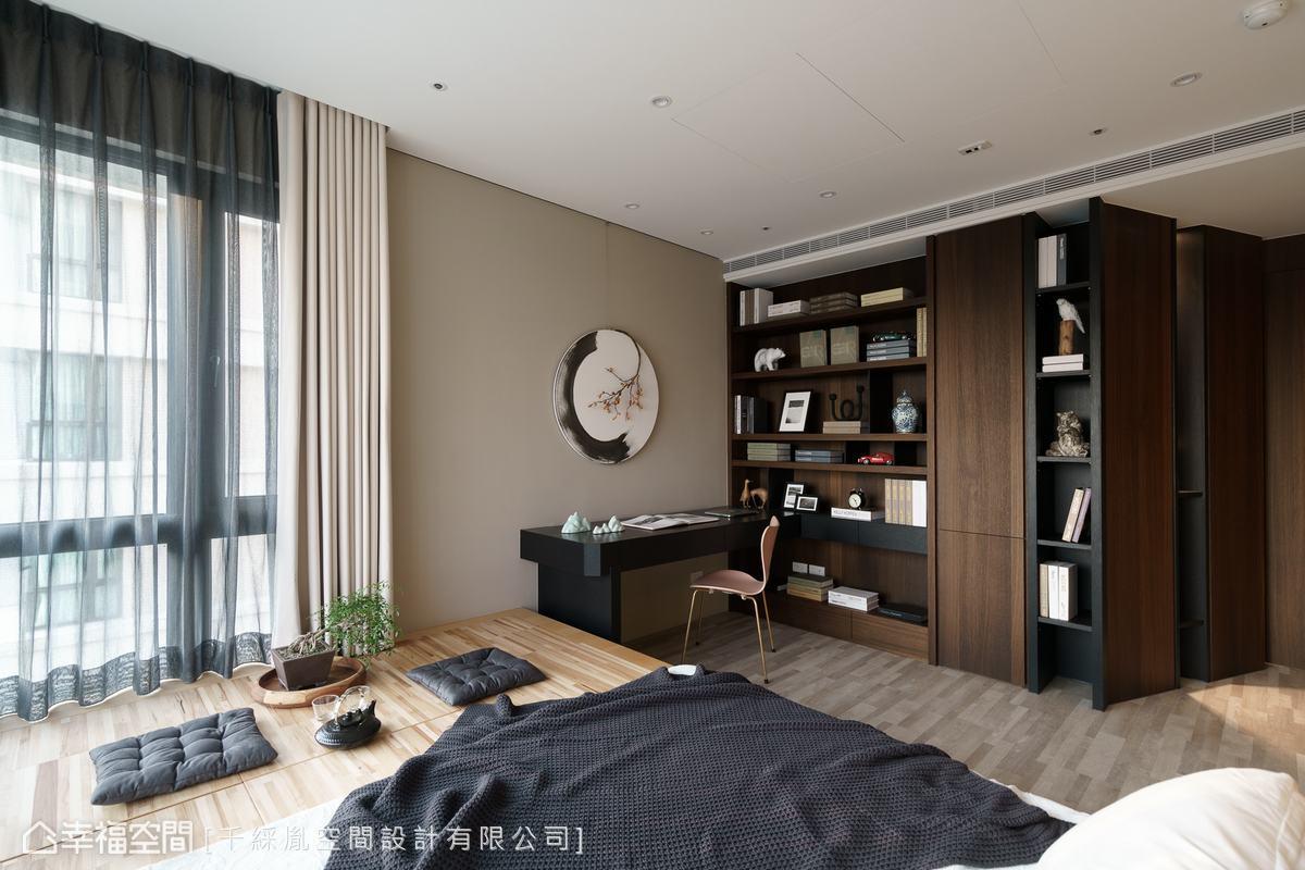 利用主臥角落規劃一間小書房,滿足屋主獨處及閱讀的習慣。