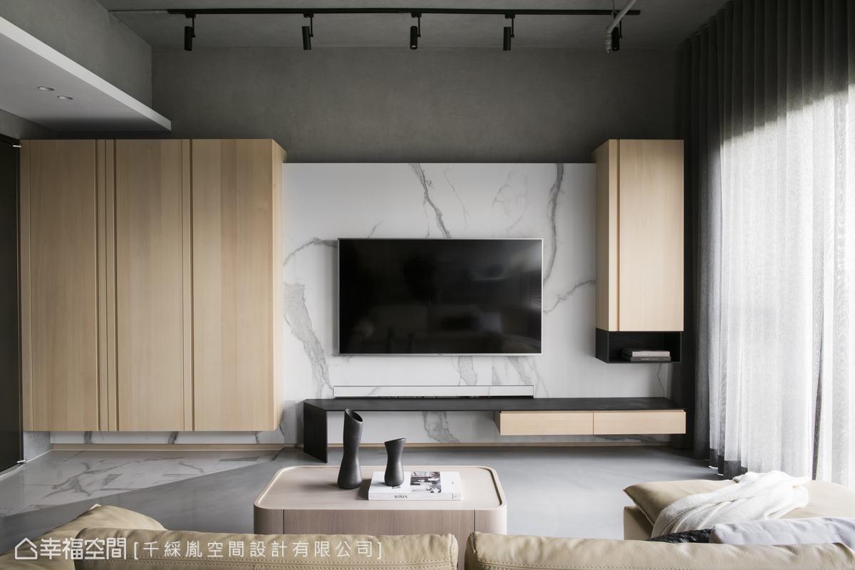 從玄關一路延伸至電視櫃主牆,運用淺色木皮櫥櫃夾白色大理石呈現大器感。不做頂的設計,讓視覺向上延伸。