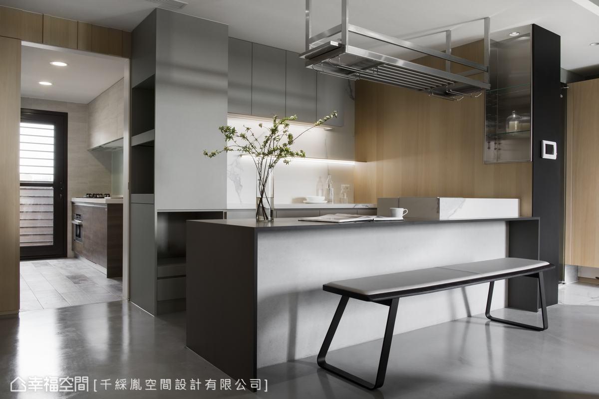 考量料理需求,因此利用拉門區隔餐廳及廚房,當屋主一個人在家時,可以全打開,讓光進來,有客人來訪時可以闔上。