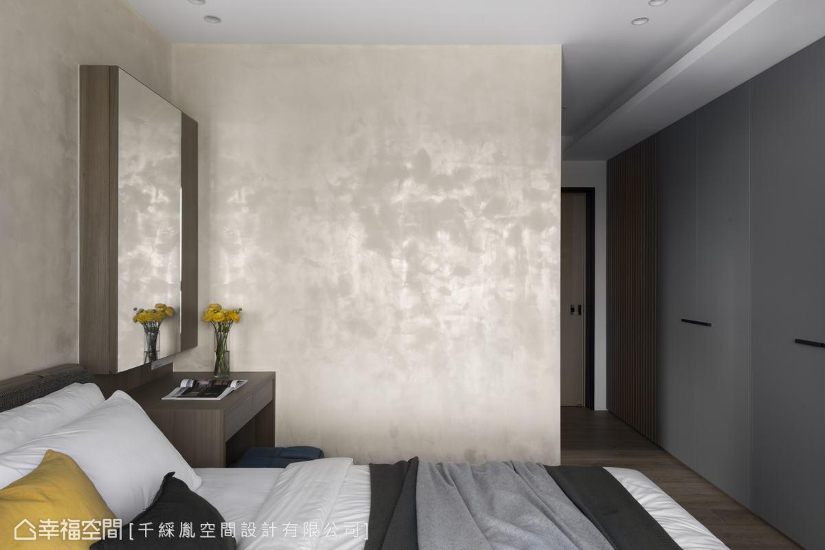 拿掉原本一房,將主臥加大,同時將一整個牆面設計衣物收納櫥櫃,並以灰色門片處理,使空間看起來寬敞舒適,且機能充足。