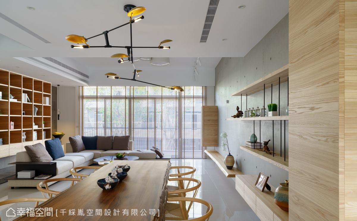 為了保留透天良好的採光,及寬敞視覺效果,公共空間採開放式設計,並搭配適合的家具家飾尺度,例如L型大沙發及長達2~300公尺的實木餐桌或電視檯面,營造舒適效果。