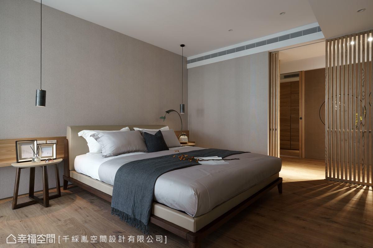 三樓為主臥空間,利用兩扇格柵門進出起居間及更衣空間。牆面用灰色珪藻土建構健康環境。