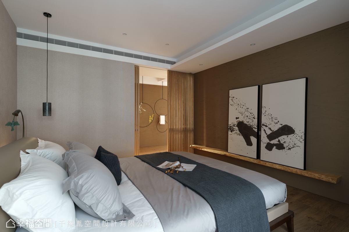 對應灰色的主臥空間,在電視牆則利用實木平台及咖啡色珪藻土做為主題色調,也帶來寧靜感。