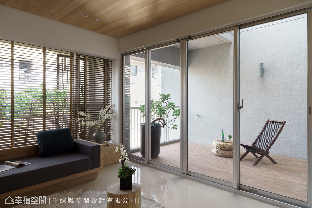 因應建築結構,在三樓起居空間外面有個天井陽台,鋪上南方松及放置休閒椅,享受陽光灑下來的休閒氛圍。