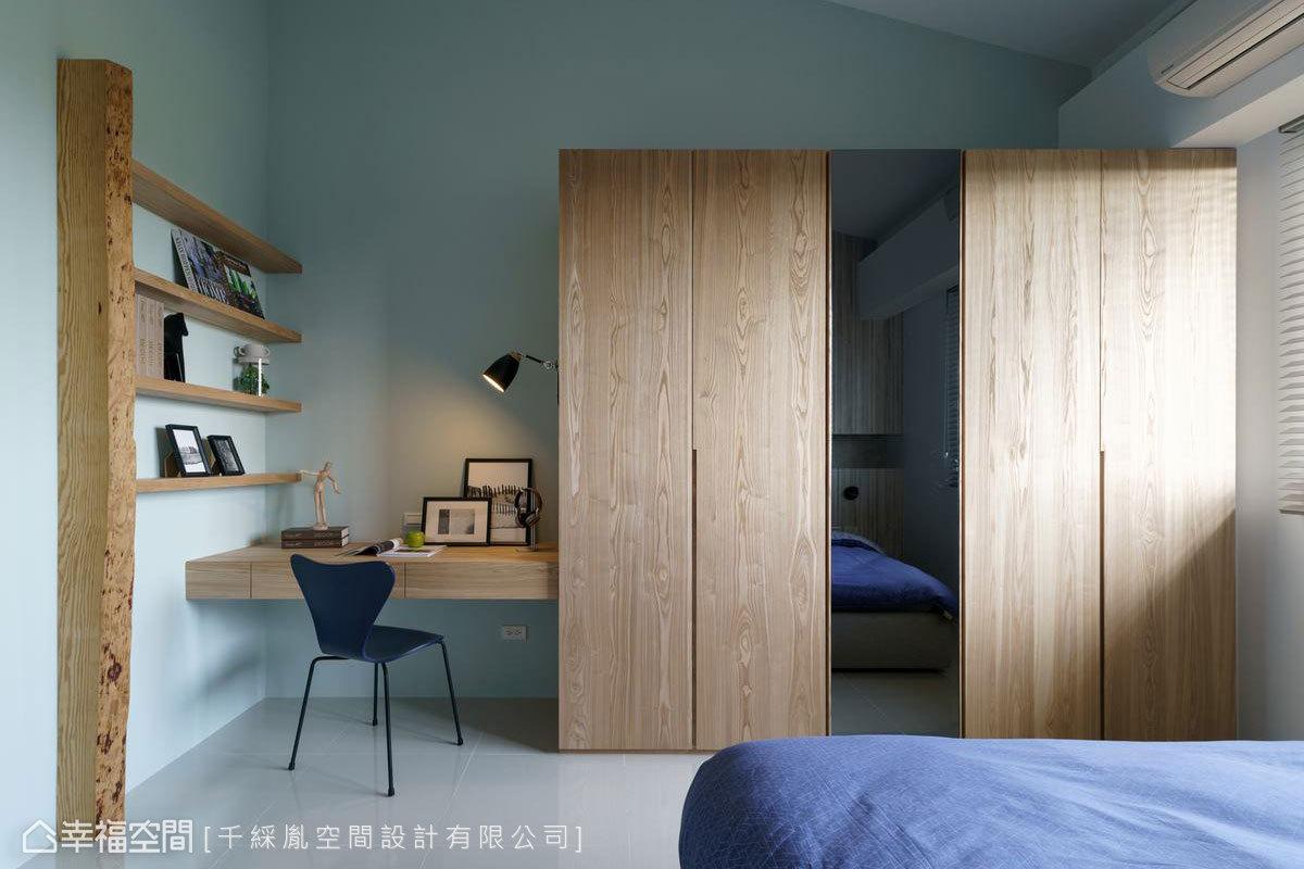 男孩房則以北歐風格打造,以藍色為主調,搭配木色櫥櫃及書架,呈現自然風格,同時衣櫃的鏡面可以放大空間及當穿衣儀容鏡。