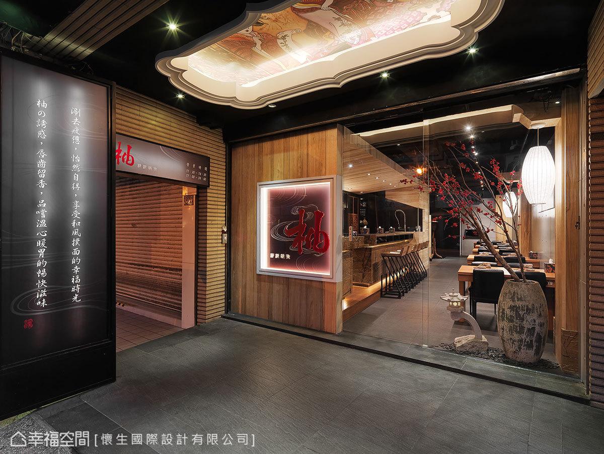 除柱體燈箱外,設計師也在天花打造內嵌藝妓大圖輸出的造型燈箱,讓整體氛圍完整到位。