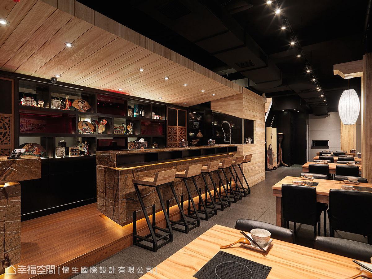 與櫃檯切齊規劃的吧檯區,利用石材面的線條斜切,導引流暢的出入動線。