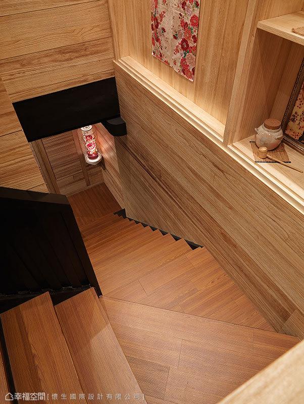 三段轉折向上的樓梯,藉由梯間牆面與畸零段落的展示物品,豐富過道風景。