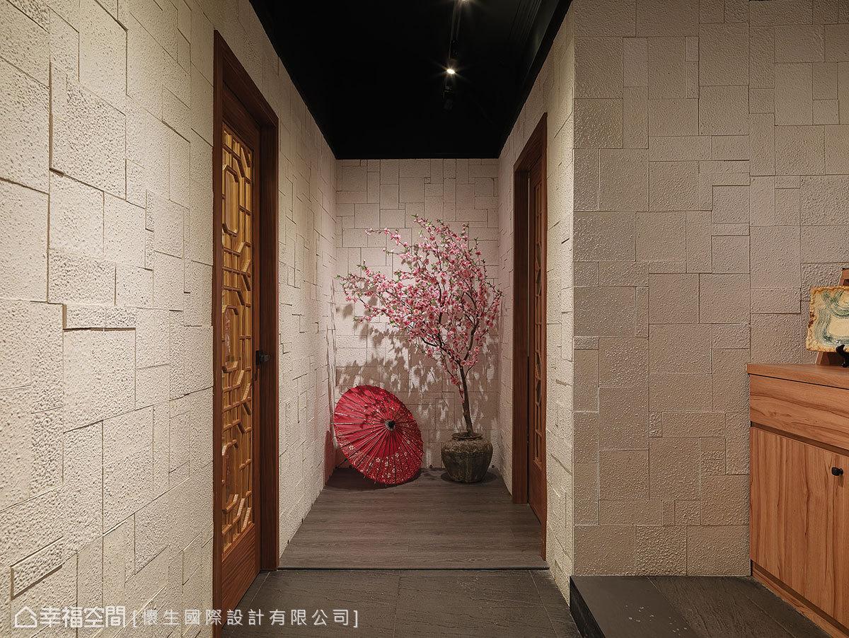 男女廁間的端景牆,簡單擺上櫻花樹與油紙傘造景,角落即是一處美景。