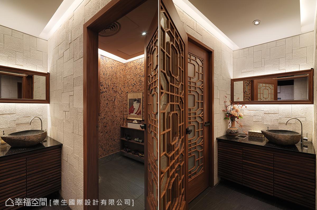 窗櫺門扉後方,分別配置男廁與女廁。