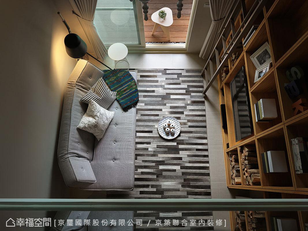 北歐簡約風格為軸的空間,以一塊地毯、一張沙發定調客廳機能。