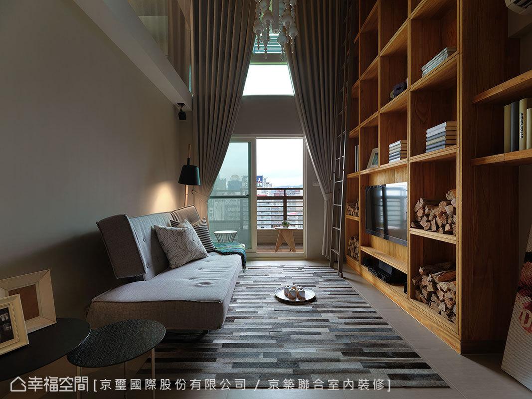 大面的採光優勢,由天花垂至地面的大片窗簾拉高空間尺度。