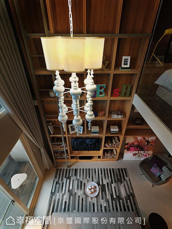 同樣頂天立地的書牆,於挑高空間中貫串上下層動線。