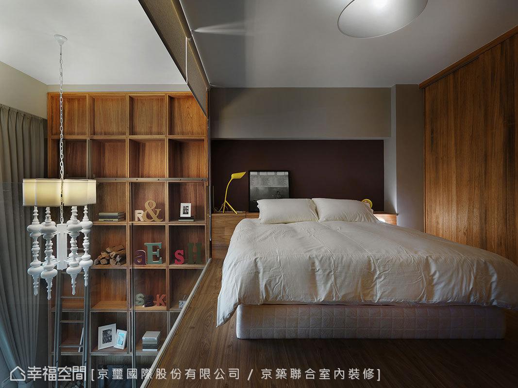 為創造臥眠區的安定,面採光及玻璃隔牆處備有拉簾。