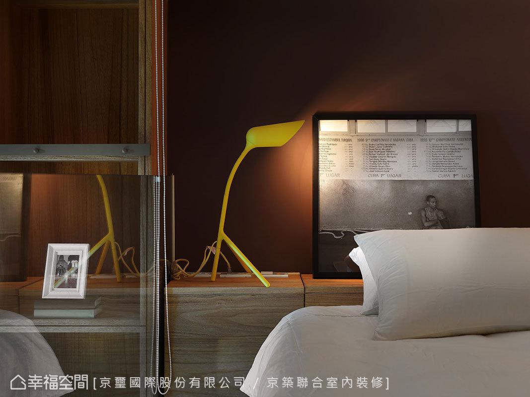 以櫃體退開梁下空間,棕色的底牆色調為空間微微加溫。