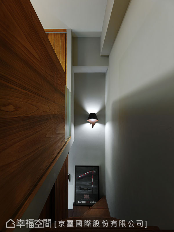 保有些許的自然採光,以簡約壁燈補足光線亮度。