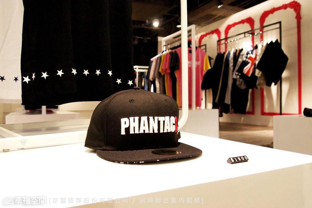 西門武昌店是PHANTACi在百貨通路的第一間直營店,引進最新流行設計款式,同步與世界流行接軌。