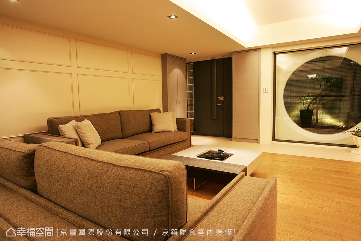 玄關入門,以現代簡約線條刻劃舒適的生活空間,對外的大圓窗營造安靜而趣味的空間景緻。