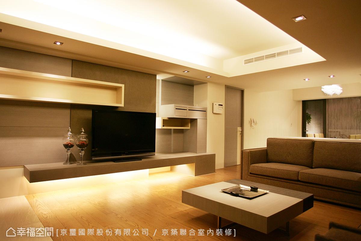 沙發後方,吧檯銜接至餐廚機能,而後銜接天井式庭院與樓梯。