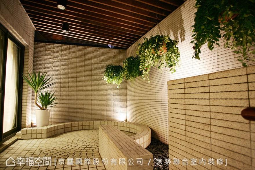 餐廳外庭院空間,以木格柵天花保留隱私與採光,作為通往B1樓梯的過道。