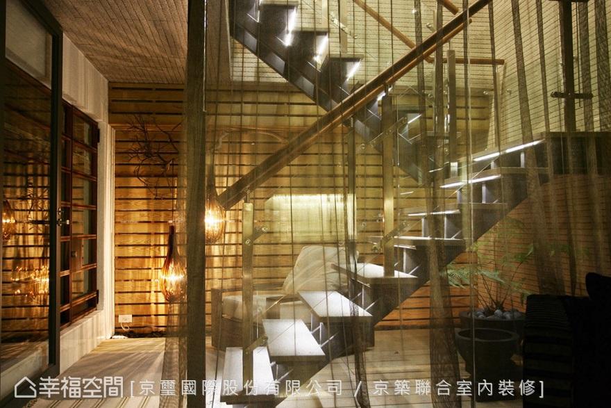 移至戶外的樓梯空間,創造更合宜的空間運用外,衍生成為建築體的裝置藝術。