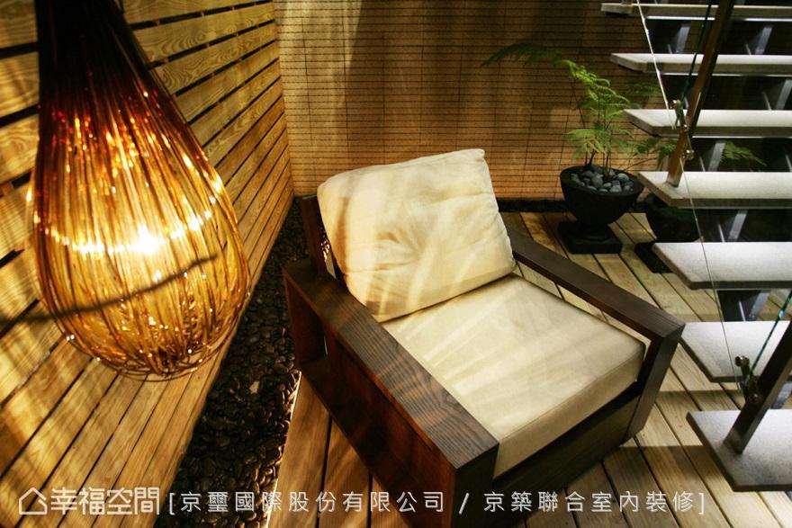木質環繞的梯下空間,擺上一張舒適的座椅即成渡假景緻。