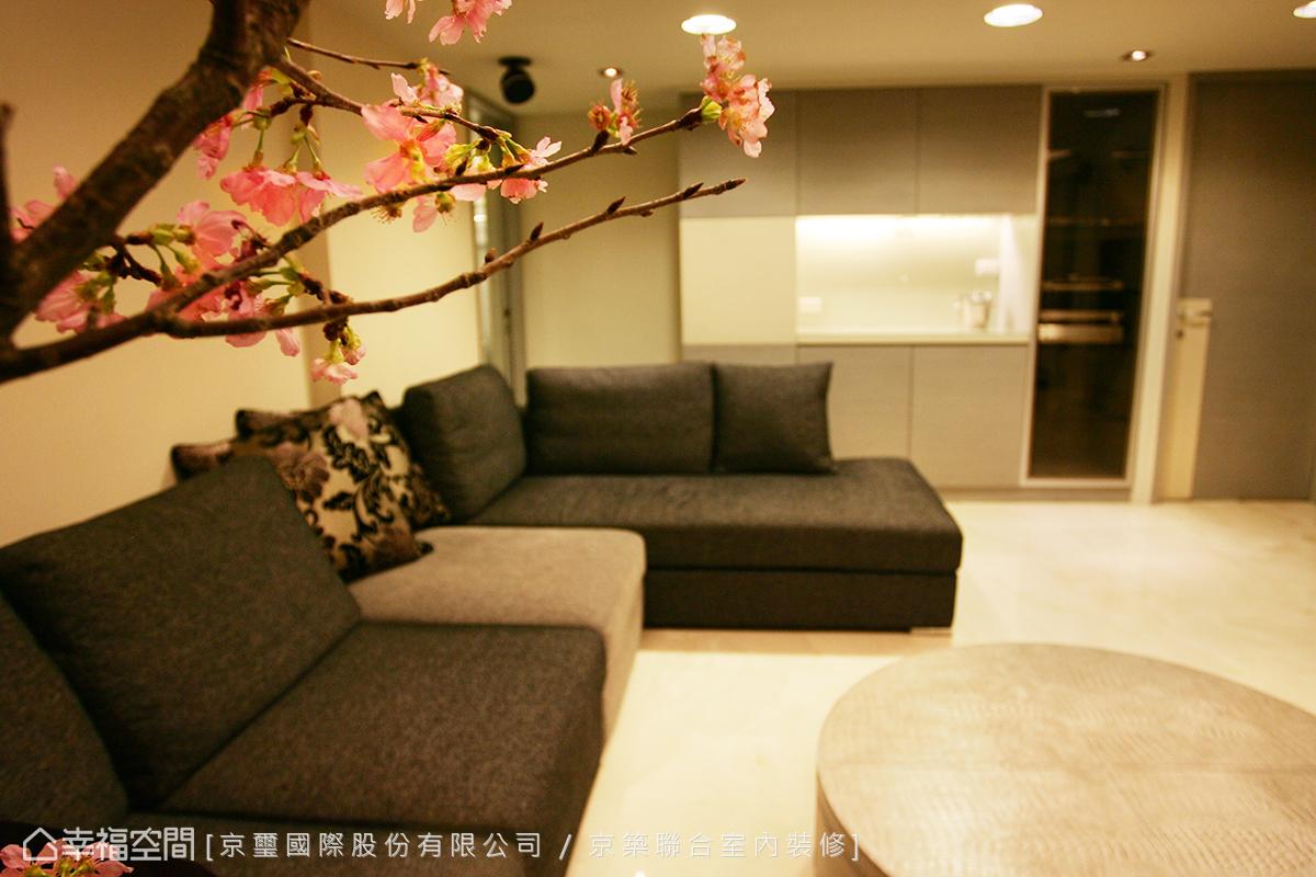 女主人的起居空間,擁有超大的沙發與紅酒收藏櫃,方便與好友聚會。