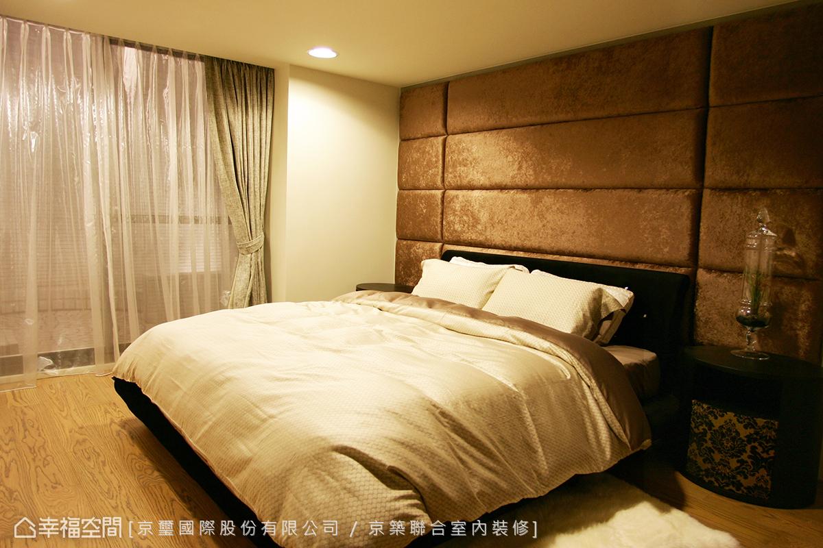 暈黃的燈光及高貴柔軟的絲絨繃布床頭,營造安定舒適的睡眠品質。