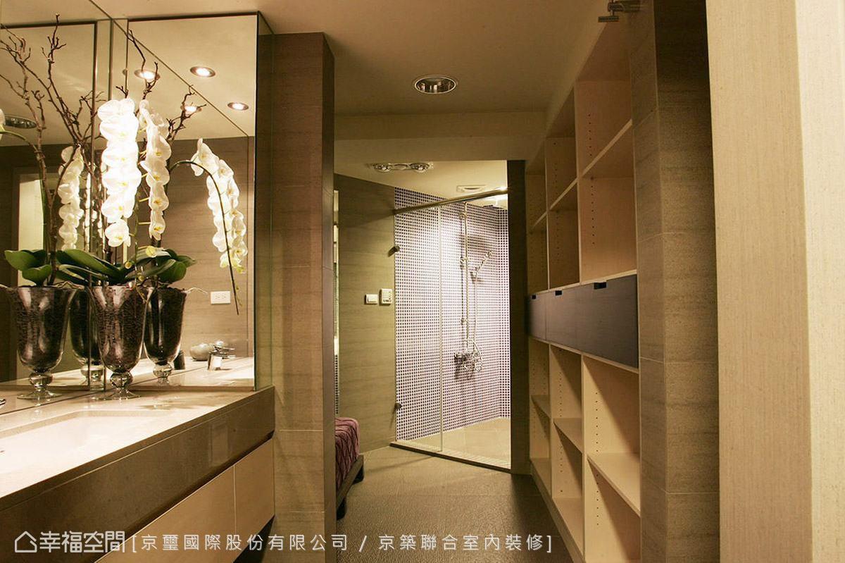 將空間畸零斜面作為衛浴乾濕分離的轉換動線,獨立的更衣區與盥洗檯創造精品般的使用體驗。