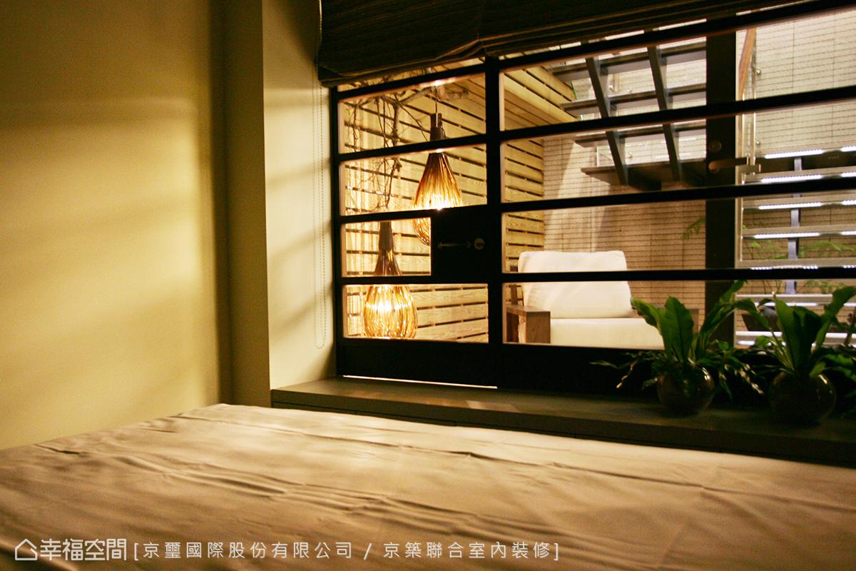 透過大面積的玻璃,導入樓梯天井的自然光與造景,消弭一般地下空間的封閉侷促感。
