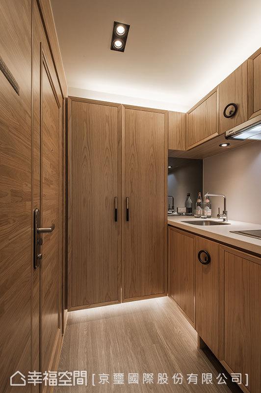 明確的木紋肌理,於入門段落收整了玄關的收納機能,以及餐食烹調所需。