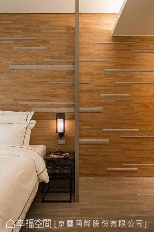 柔軟的織線陣列,以粗、細變化拼接上了木質紋理,層次性地暖度構織主牆意象。