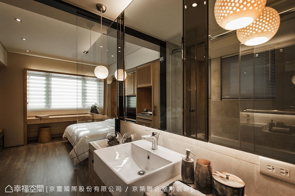 跳色拼接的衛浴鏡面,以深、淺兩色鏡面勾勒,於細節中展現時尚態度。