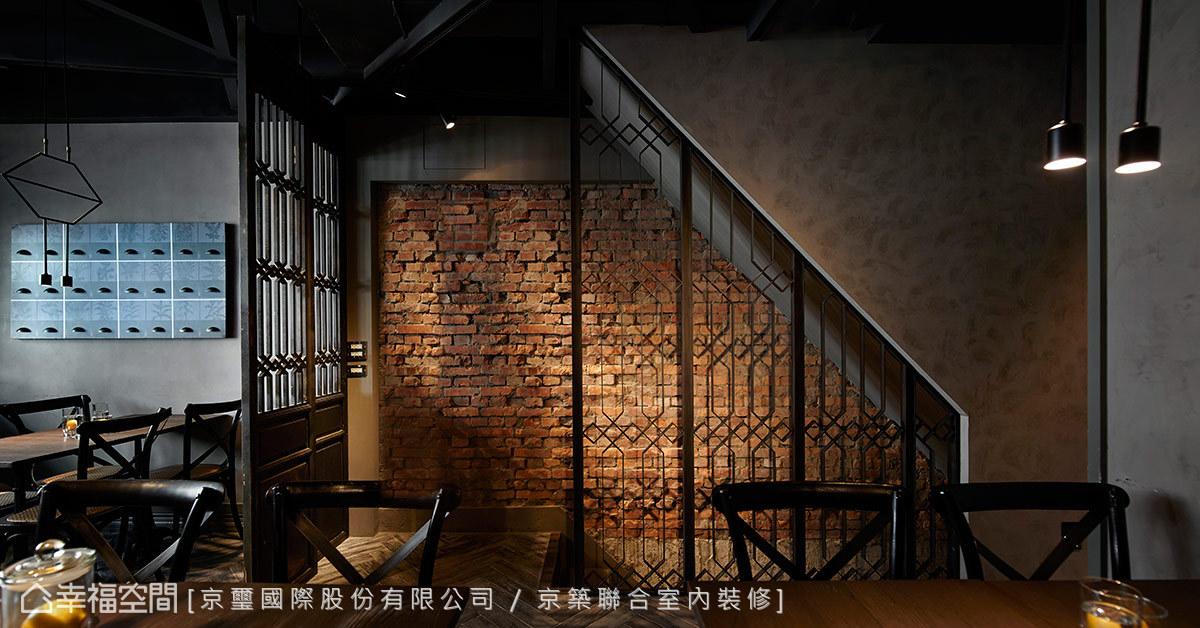 循階而上,以裸露的磚牆表現復古工業質地的梯間,映照著窗花折曲的線條,在光氛的拓染下,富有視覺的層次。