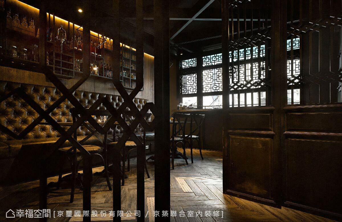 懷舊的木質與工業質地的鐵件,在京璽國際的設計中,構築出東西融合的奇幻風格,或者說是不隸屬於任何年代的平行時空。