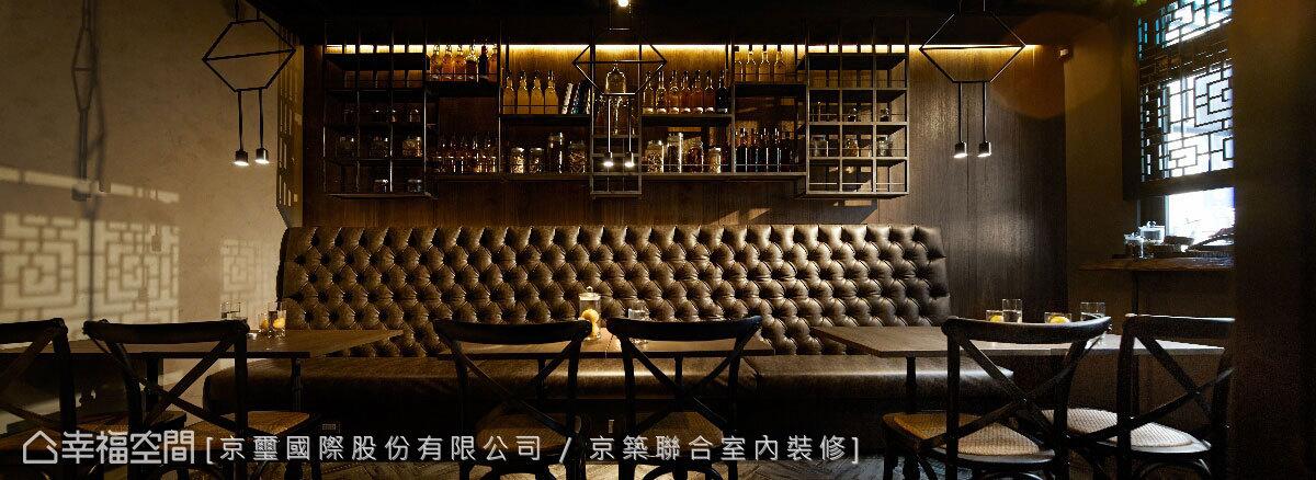 大器度鋪展於空間中的拉扣沙發,為空間中展現英式復古的主要元素,同時是2F視覺主景的焦點。